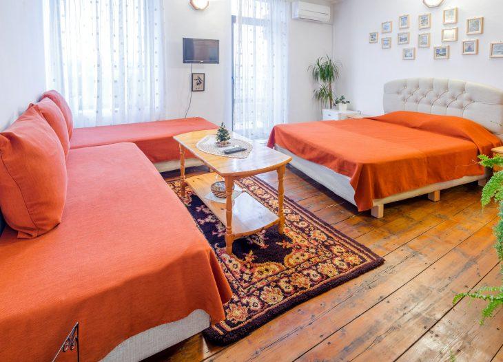Спалня и две единични легла