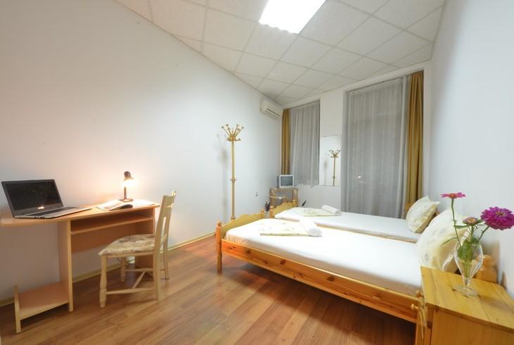 Двойна стая от апартамент с две единични легла. Климатик, интернет кабелна тв.